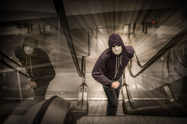 muž na eskalátorech
