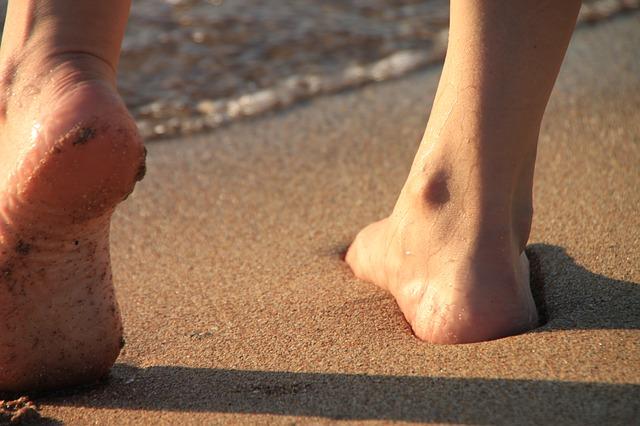 bosý v písku