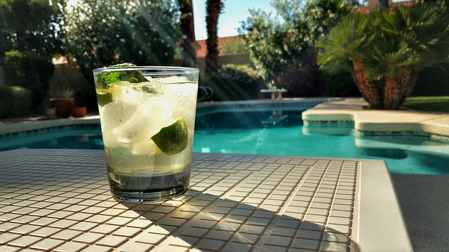 nápoj u bazénu
