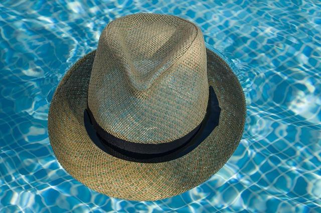 slaměný klobouk v bazénu